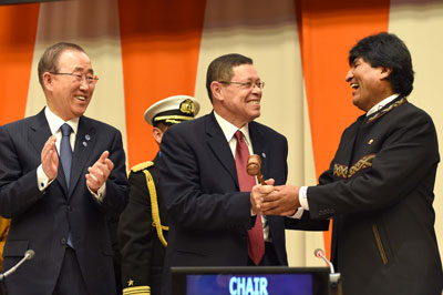 President Evo Morales Ayma of Bolivia hands over the Chairmanship of the G77 plus China to South African Deputy Minister of International Relations and Cooperation Mr Luwellyn Landers. Pictured applauding at the Handover Ceremony is UN Secretary General Ban Ki Moon.